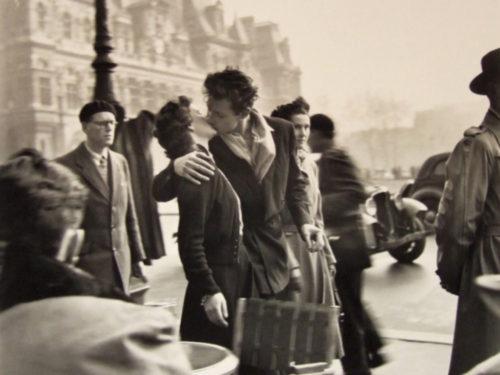 パリ市庁舎前のキス